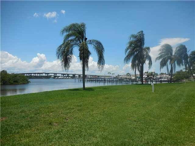 de la Bahia Waterfront Condos